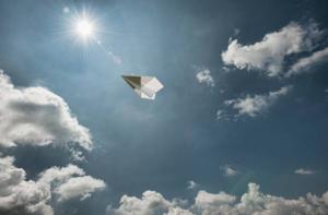 紙飛行機と空・イメージ