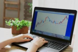 ノートパソコンで株式デイトレード・イメージ画像